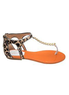 Sandália rasteira, com pele estampada, detalhe em corrente dourada e palmilha de couro com acabamento em verniz. Crislli verão 2015