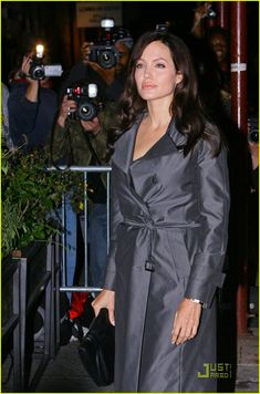 Angelina Jolie -- Trench Coat Kill: Photo LUSCIOUS LIPS Angelina Jolie looks better than ever in a shiny gray trench coat while attending a dinner at Il Buco restaurant for her upcoming movie, The Changeling,… Anjolina Jolie, Angelina Jolie 2017, Grey Trench Coat, Shirt Dress, Weekend Outfit, Outfits, Dresses, Star, Women