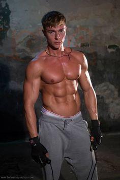 Alex Ceobanu (bodybuilder, trainer and model) Hard Men, Mens Sweatpants, Raining Men, Athletic Men, Drawstring Pants, Male Physique, Muscle Men, Mens Fitness, Male Models