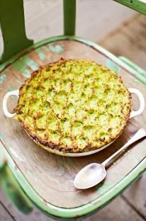 Prawn White fish and sweet pea fish pie- Jamie Oliver Pie Recipes, Seafood Recipes, Cooking Recipes, Fish Pie Jamie Oliver, Chefs, Frozen Fish Fillets, Hp Sauce, Simply Yummy, Fish Dishes