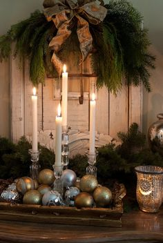 Tray with ornaments and candles for the centerpiece