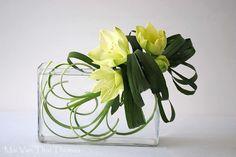 Ikebana floral art utilisé amaryllis et aspidistra Ikebana Arrangements, Floral Arrangements, Arte Floral, Deco Floral, Flower Vases, Flower Art, Art Floral Japonais, Contemporary Flower Arrangements, Ikebana Sogetsu