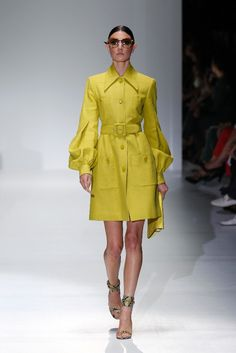Gucci SS 2013 - Milan Fashion Week #Trends #Tendencias #Fashion #Moda #Trench #Gabardina Love Fashion, Fashion Outfits, Milan Fashion, Womens Fashion, Gucci, Mellow Yellow, Personal Style, Shirt Dress, Coat
