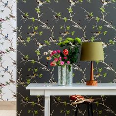 Villa Fioro Wallpaper A wallpaper showing golden birds perched on branches on an anthracite background.