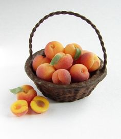 Scale Basket of Peaches - Dollhouse Miniature Food by njdminiatures, Miniature Crafts, Miniature Food, Miniature Dolls, Polymer Clay Miniatures, Dollhouse Miniatures, Polymer Clay Crafts, Mini Doll House, Doll Food, Tiny Food