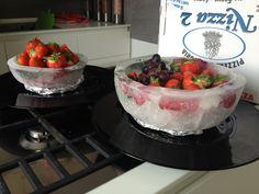 Ciotole di ghiaccio con petali per frutta fresca