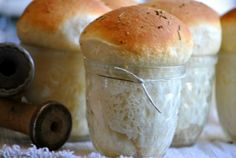 Fancy Dinner Rolls in a Jar. I fixed these for a recent dinner party. They were a huge hit and the best part, if you don't want to make your own, just use Rhodes frozen rolls. Let them rise in the jar and cook according to directions. Mason Jar Meals, Meals In A Jar, Mason Jars, Comida Fusion, Rhodes Rolls, Ma Baker, Bread And Pastries, Dinner Rolls, Recipe Using