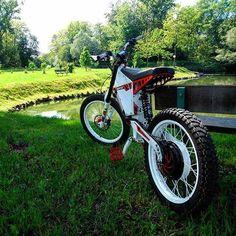 Wow , #Cromotor painted white . Looks delicious like #oreo #oreos  Photo and bike : @damijandamek Ebike hub motor : @ebike_eu . . . . . . #motorcycle #biking#mtbtour#trailride#nosnow#singletrail#niner#rip9rdo#ninerbikes#ninerd#pedaldamnit#igcycling#instacycling#igersmtb#instamtb#loves_bikes#loves_mtb#mtb#btt#vt#bici#cycling#cyclingshots#mountainbike#mountainbiking#cyclingphotos#electricbike