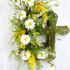 Daisy Cross Wreath - Become a Confident Floral DesignerLearn to love the art of floral design, by creating with your own hands. Access to the Design School opens soon. Be the first in line!