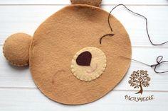 Oso navideño en fieltro - Dale Detalles Diy For Kids, Crafts For Kids, Felt Ornaments, Christmas Ornaments, Bear Felt, Felt Crafts Patterns, Animal Bag, Christmas Sewing, Sewing Dolls