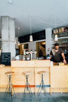 Bar Stan biedt zowel overdag als 's avonds een breed assortiment aan huis gemaakte gerechten en drankjes. Zeer eigenaardig is de sfeer die het interieur je laat ervaren. Voor de gehaasten is afhalen een optie.