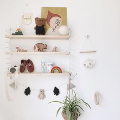 I will forever be a maximalist with minimalist intentions but it seems that new bits just creep into my kids rooms and I cant help myself. I love buying bits from all the other amazing small businesses I find on Instagram too- theres SO much talent isnt there? Name me your favourite places to shop I always like find new ones.. My best selling much loved hand created Mountain Bear garland is on my website link in bio #shopsmall #shelfie #shelfiedecor #warmminimalism #styledshelves…