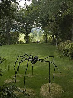 Storm King Arts Center, NY - a bronze Mamam by Louise Bourgeois. I think this is awesome, but my daughter would not. Modern Art Sculpture, Sculpture Metal, Garden Sculpture, Louise Bourgeois, Land Art, Storm King Art Center, George Segal, Fox Art, Art Abstrait