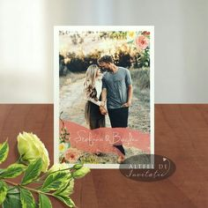 Invitatia de nunta Poza dragostei este personalizata cu fotografia de cuplu.