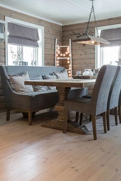 Familiehytta – Gjør hyttedrømmen mulig! Cabin Interiors, Cabins In The Woods, House Goals, Dining Bench, Wood Cabins, Shabby Chic, Cottage, Interior Design, Lakes