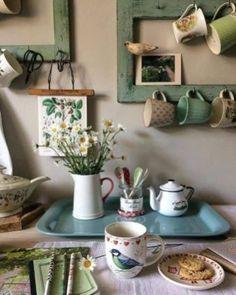 Vintage kitchen with mugs and ceramics - cottage kitchens Deco Design, Küchen Design, House Design, Design Ideas, Interior Design, Deco Champetre, Vibeke Design, Creation Deco, Vintage Kitchen Decor