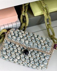 Mangler du en lille taske til en festlig lejlighed, så find hæklenålen og garnresterne frem og hækl en fin taske i boblemønster.