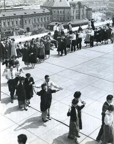 昭和27年、フォークダンスがブームだったころのオフィスビルの屋上。戦前~戦後のレトロ写真(@oldpicture1900)さん | Twitter