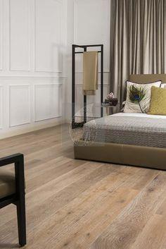 voorbeeld van lamelparket in de slaapkamer. Kijk voor meer inspiratie op http://dutchdesignflooring.nl/houten-vloer-in-de-slaapkamer/