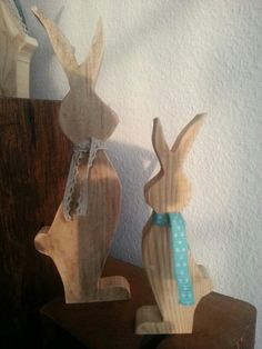 Easter bunnies from old wood with lace ribbons.altholzdesign … - All About Bunny Crafts, Easter Crafts, Wooden Crafts, Diy And Crafts, Wooden Diy, Happy Easter, Easter Bunny, Woodworking Inspiration, Woodworking Ideas
