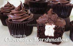 Receita de Cupcake de Chocolate e Marshmallow. Uma massa de bolo fofinho, com recheio de marshmallow e cobertura cremosa de chocolate e cream cheese, perfeita para utilizar com bicos de confeitar. #receita #cupcake #chocolate #bolo #marshmallow #doce #sobremesa #receitafacil #receitarapida
