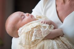 See all photos from the christening of Prince Louis, the youngest son of Kate Middleton and Prince William. Meghan Markle, Prince Harry, Princess Charlotte and Prince George are all in attendance for the royal christening. Kate Und William, Prince William Et Kate, Prince Philip, Prince Harry And Meghan, Prince Charles, Princesa Elizabeth, Princesa Diana, George Of Cambridge, Duchess Of Cambridge