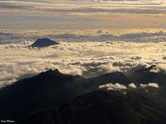 Nubes sobre Andes ecuatorianos by Hotu Matua, via Flickr