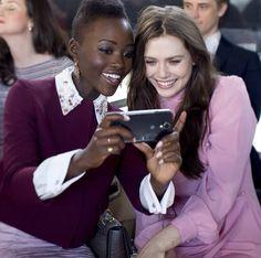 La chica del momento, Lupita Nyong'o juntó a Elizabeth Olsen, en el desfile de Miu Miu en la semana de la moda de París.