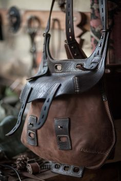 Crossbody bag of leather and canvas or several types of leather.