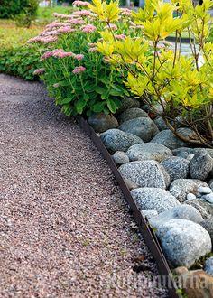 Istutusten ja nurmikon rajaus - Kotipuutarha Garden Waterfall, Garden Planning, Outdoor Gardens, Outdoor Living, Sidewalk, Backyard, Flowers, Plants, Waterfalls