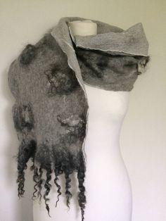 Een Handgemaakte Nuno gevilte Ponge zijde sjaal das stola felted scarf shawl, met zachte Merinowol en Gotland krullen. door SchaapenVacht op Etsy