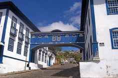 The striking white and blue Casa da Gloria is in fact two separate houses, both dating from the 18th/19th centuries, linked by an elegant wooden bridge (or passadico), built in the early 19th century. It was once a religious college and orphanage.