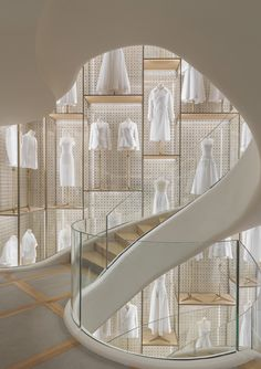 The iconic cannage Dior brings new life in the interior design, thanks to the technological innovation and the aesthetics potential of i-Mesh. Luxury Staircase, Staircase Design, Boutique Dior, Parquet Versailles, Dior Shop, Retail Architecture, Retail Interior, Retail Space, Museum