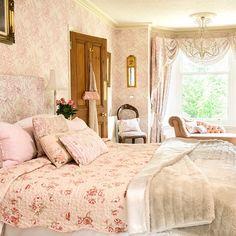 Peah-pink-floral bedroom idea