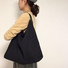 黒色のリネン麻袋に革の取っ手をつけたシンプルなバッグです。本体は裏なしのリネン一枚で仕上げています。一枚布のバッグですが、透け感もなく、見た目よりも丈夫な麻布なのでたくさんものを入れても大丈夫です。取っ手は幅が3〜4㎝(部分によります)の黒の牛革一枚で作っています。ベルトの根元は裏にも牛革を貼っているので丈夫です。革は兵庫で鞣された植物タンニン鞣しの牛革を使用しています。最初は固さもありますが、使い続けているといい感じに革がくったりと柔らかくなって馴染んできます。お出かけにも旅行にも沢山使えるバッグです。サイズ (3枚目の写真の荷物を入れた状態での計測値になります。)高さ :約60㎝ (取っ手+本体:使用時の状態による)底横幅:約48㎝取っ手とバッグのトップの内径(腕を通す部分です):約70㎝重量…