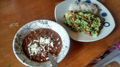 Caraotas rojas (Frílojes) con arroz, un guacamole y papa cocida (la papa está debajo del guacamole)