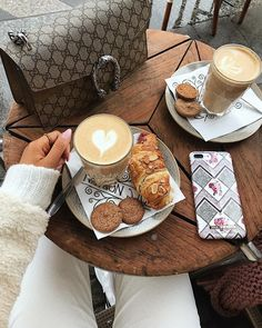 💕 Coffee Cafe, Espresso Coffee, Coffee Drinks, Iced Coffee, Coffee Shop Aesthetic, Aesthetic Food, Coffee Photography, Food Photography, Coffee Break