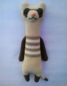 Adorable y original Hurón tejido al crochet con hilo de algodón y relleno con vellón siliconado. Diseño exclusivo de MiGus.
