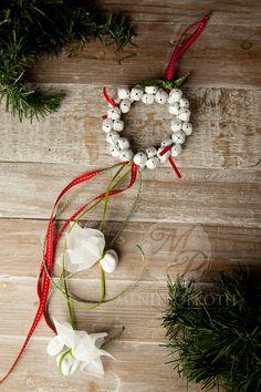 Χριστουγεννιάτικη μπομπονιέρα στεφανάκι με λευκά κουδούνια και χρωματιστές κορδέλες #Christmasfavors #Christmasdecorations #weddingfavors