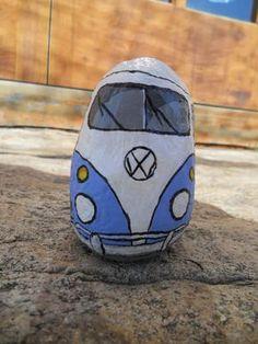 VW CAMPER PINTADA SOBRE PIEDRA
