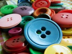 Bunte Knöpfe vom Flohmarkt. Coloured buttons found at the flea market.