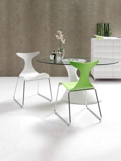 Moderna mesa de comedor de diseño, con la base en color blanco y cristal de 12mm de espesor.  Medidas: 78 x 110 x 120 cm