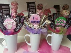 Mug gift for Mummy -- Tazas con chocolates Creative Gift Baskets, Mother's Day Gift Baskets, Homemade Gifts, Diy Gifts, Candy Bouquet Diy, Candy Crafts, Diy Mothers Day Gifts, Chocolate Bouquet, Mother's Day Diy