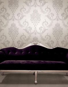 Klassiek behang van Dutch uit collectie Buckingham. Classic wallpaper Dutch - Buckingham and a purple sofa.