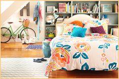 Dekor-Idee für Schlafzimmer mit weißen Bett mit Orange floral