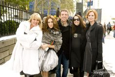 Sex and the City - Behind the scenes photo of Sarah Jessica Parker, Cynthia Nixon, Kristin Davis, Michael Patrick King & Kim Cattrall