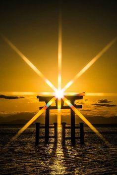 A Hakusen Gangen (Shinto shrine) unites with the sun. Beautiful Sunset, Beautiful World, Beautiful Places, Beautiful Pictures, Japan Kultur, Mont Fuji, Dojo, Mellow Yellow, Nature Photography