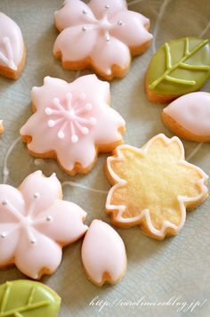 Flower Cookies~ By Caroline and Laura's tea break, sweet… Iced Cookies, Cute Cookies, Royal Icing Cookies, Sugar Cookies, Kawaii Cookies, Baby Cookies, Heart Cookies, Valentine Cookies, Easter Cookies