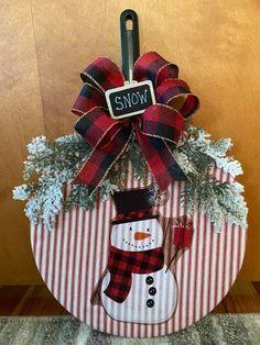 Christmas Pizza, Dollar Store Christmas, Christmas Wood, Christmas Signs, Christmas Projects, Christmas Time, Christmas Wreaths, Christmas Decorations, Christmas Ornaments