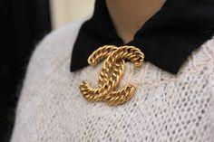 bubblesandpolkadots+blog%2C+broche+Chanel+vintage%2C+chanel+bijoux%2C+urban+outfitters+sac%2C+jupe+volants+en+cuir+forever21%2C+pull+noeuds+...